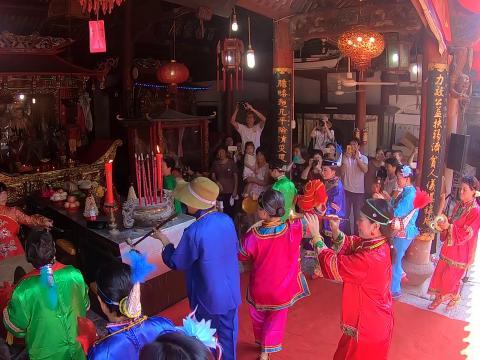 东门渔村村民载歌载舞庆祝谢洋节。