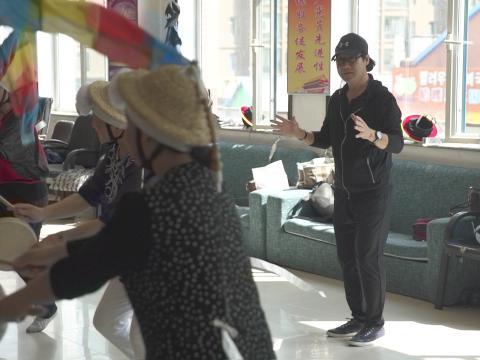 朝鲜族象帽舞传承人金明春老师正细心地指导学生。