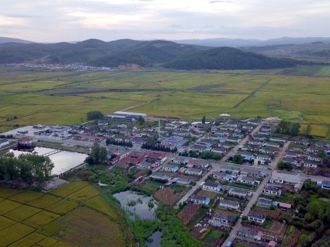 安图县红旗村聚居了八十多户朝鲜族人。
