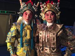 杜咏心自幼拜李龙为师,从此在粤剧界尝试不同范畴,包括演员、灯光、编剧等。(《大锣大鼓好戏派》图片)
