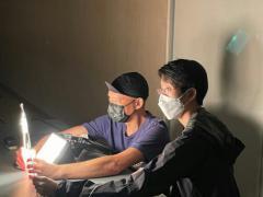 舞台设计师冯国基先生与陈泽蕾(右)在试舞台灯效