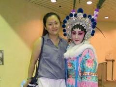 香港演艺学院戏曲学院讲师邹丽玉(左)